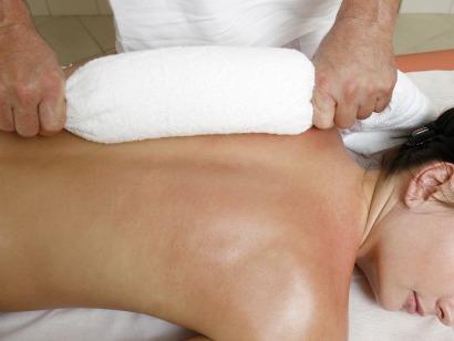 Masáž teplým ručníkem
